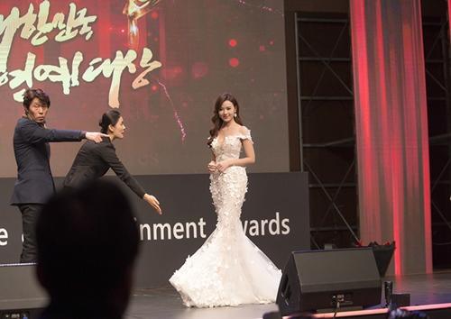 Midu, DJ Trang Moon gợi cảm tuyệt đối khi sánh đôi nhận giải tại Hàn Quốc-2