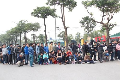 """Sân vận động Mỹ Đình """"vỡ trận"""" vì hàng vạn người đổ về mua vé xem đội tuyển Việt Nam-9"""