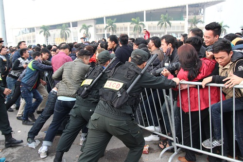 """Sân vận động Mỹ Đình """"vỡ trận"""" vì hàng vạn người đổ về mua vé xem đội tuyển Việt Nam-10"""