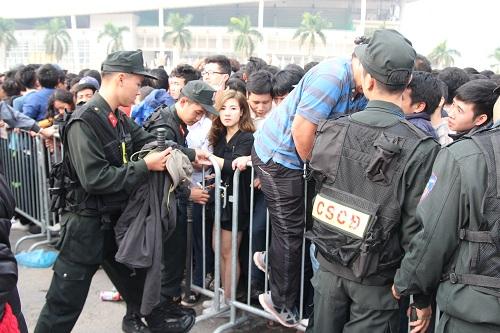 """Sân vận động Mỹ Đình """"vỡ trận"""" vì hàng vạn người đổ về mua vé xem đội tuyển Việt Nam-11"""