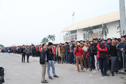 """Sân vận động Mỹ Đình """"vỡ trận"""" vì hàng vạn người đổ về mua vé xem đội tuyển Việt Nam-4"""