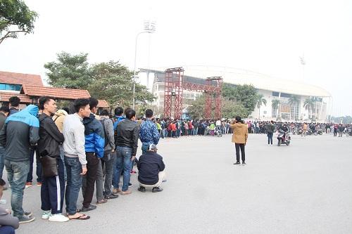 """Sân vận động Mỹ Đình """"vỡ trận"""" vì hàng vạn người đổ về mua vé xem đội tuyển Việt Nam-5"""