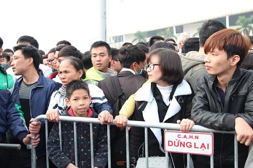 """Sân vận động Mỹ Đình """"vỡ trận"""" vì hàng vạn người đổ về mua vé xem đội tuyển Việt Nam-8"""