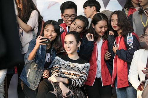 angela phuong trinh sanh dieu, duoc fan bua vay khi quang ba phim o ha long - 9