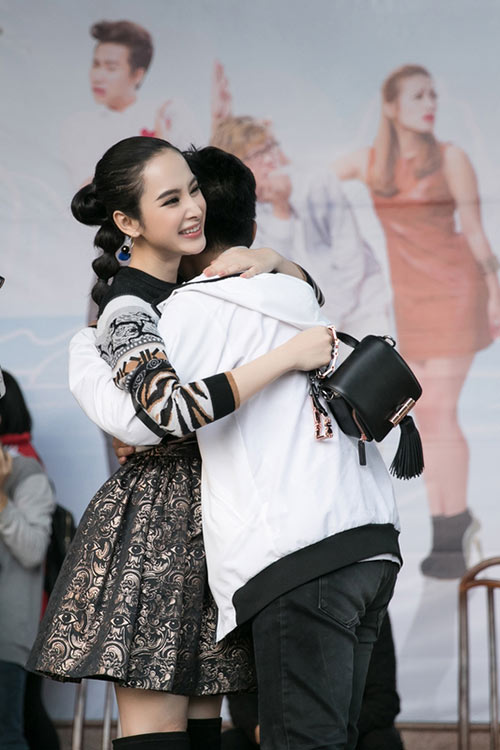 angela phuong trinh sanh dieu, duoc fan bua vay khi quang ba phim o ha long - 6