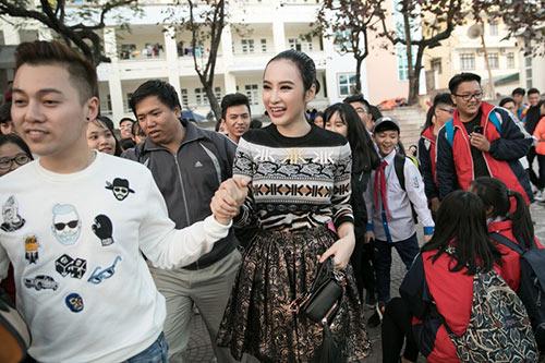 angela phuong trinh sanh dieu, duoc fan bua vay khi quang ba phim o ha long - 3