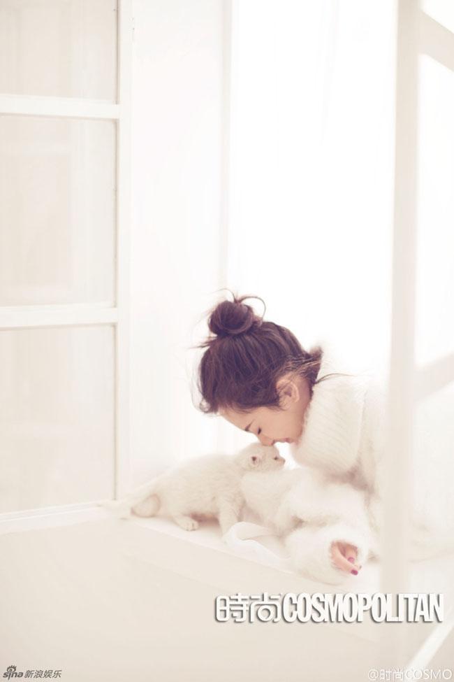 Người đẹp tạm quên đi nỗi buồn bị phản bội, để vui vầy với thú cưng.