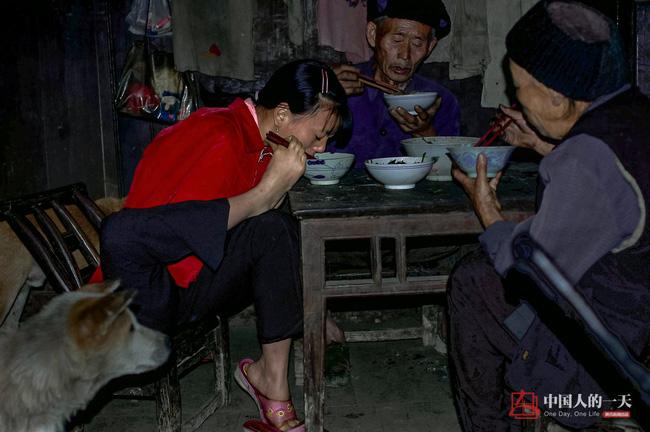 neu ban met moi voi con cai, nhin nguoi me nay de thay khao khat duoc cham con lon nhuong nao - 1