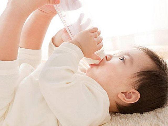 Cho trẻ sơ sinh uống thêm nước lọc, cẩn thận hại con!