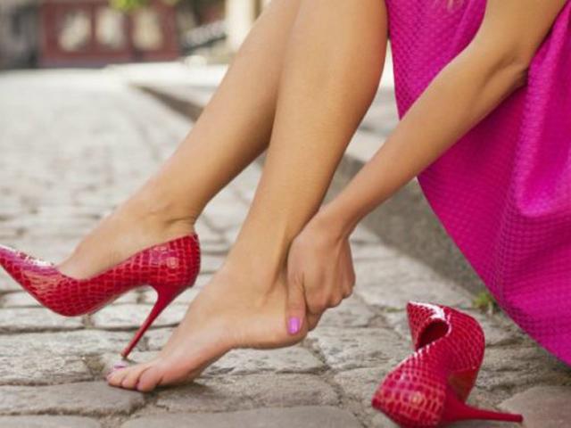 4 bí kíp chọn giày cao gót chị em phải biết để sống chung loại giày Đẹp mà Đau này