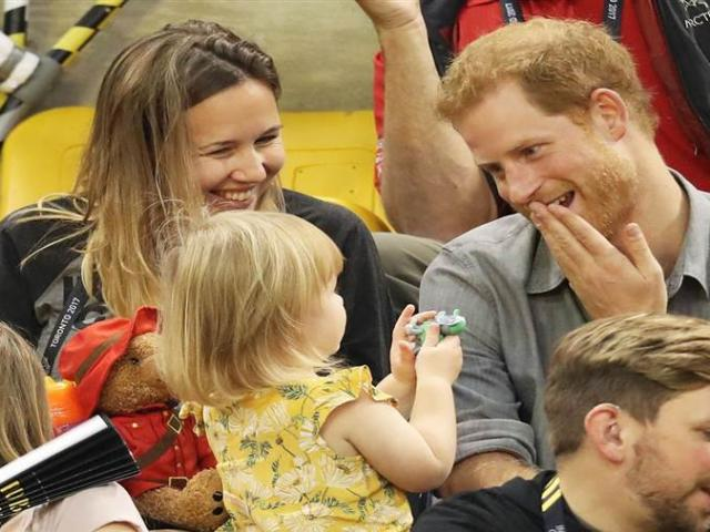 Cô bé 2 tuổi hồn nhiên ăn trộm bỏng ngô của Hoàng tử Anh