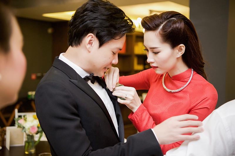 Trong lễ rước dâu sáng nay, Thu Thảo ân cần chỉnh lại trang phục cho chú rể Trung Tín.