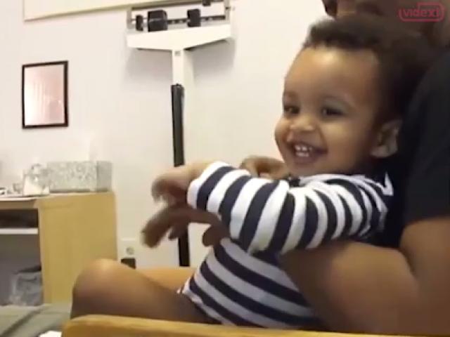 Bác sỹ có tâm khiến em bé tiêm 2 mũi mà không khóc tí nào