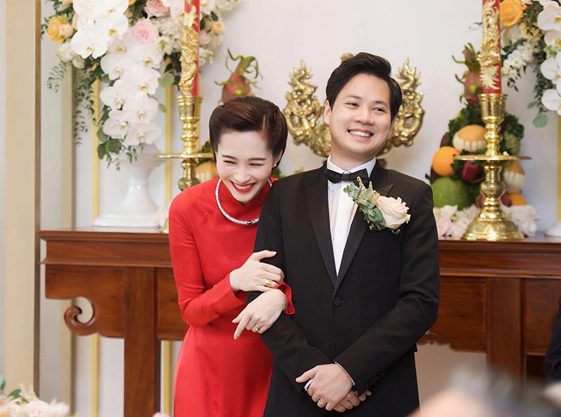 Khoảnh khắc dễ thương của cặp cô dâu chú rể đẹp đôi nhất hôm nay.