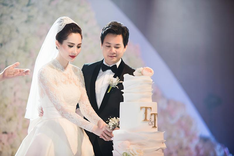Trung Tín nhường vợ cắt bánh cưới như khẳng định cô sẽ là 'chủ gia đình'.