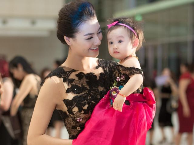 Hồng Quế và con gái xinh yêu gây chú ý khi đi nghe nhạc