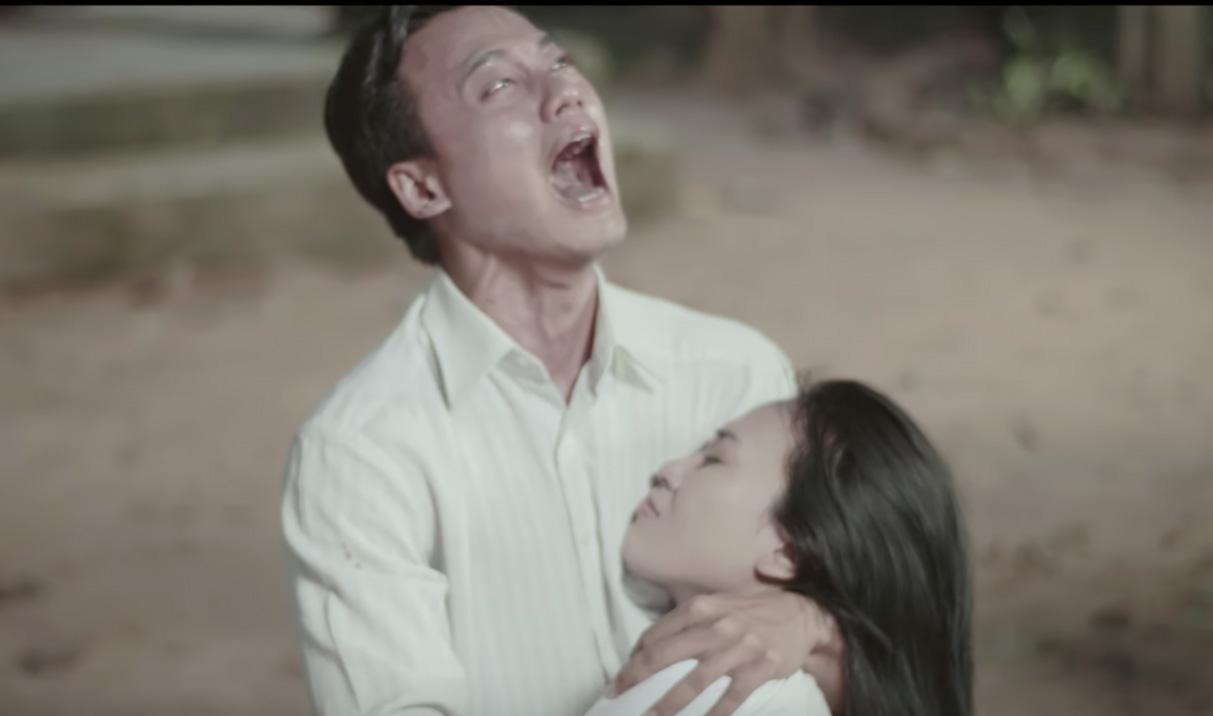 ... Tâm khóc ngất lên vì người yêu bị bắn chết. Hình ảnh Mỹ Tâm đang cố nhịn cười trên tay diễn viên nam đang được người hâm mộ chia sẻ rầm rộ.