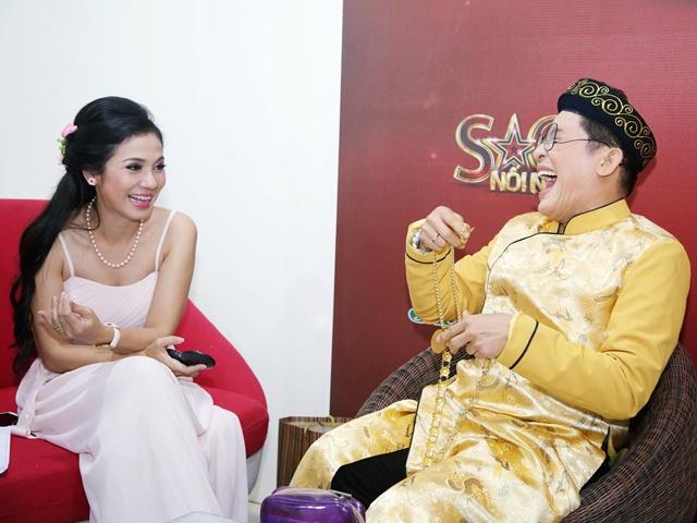 Người đẹp Tây Đô Việt Trinh cười nắc nẻ khi Thanh Bạch đeo vàng lúc lỉu