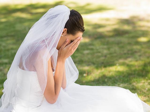 Đi chụp ảnh cưới, vừa thấy tôi mặc váy cúp ngực, anh hét lên: Đồ lẳng lơ, thay ngay đi