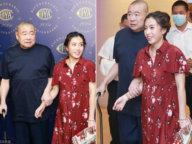 Tỷ phú U70 Lưu Loan Hùng chống gậy dắt vợ bầu đi sự kiện, chuẩn bị đón con thứ 5