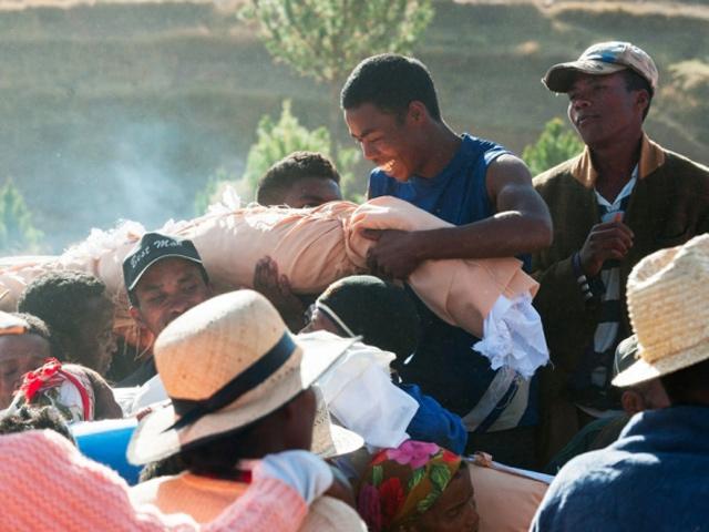 Lễ hội đào mộ, nhảy múa với… xác chết đang đe dọa tính mạng hàng triệu người