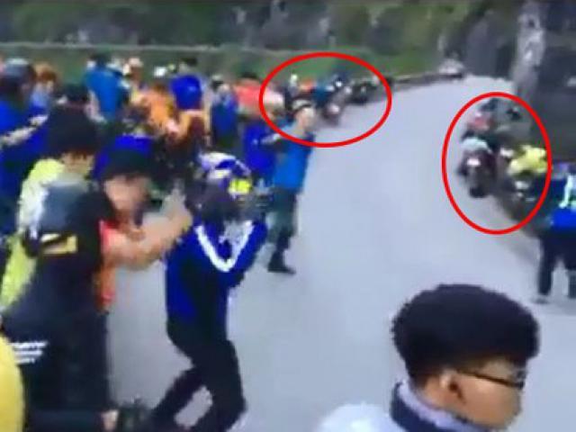 Nhóm phượt thủ vô tư nhảy giữa đường đèo Hà Giang mặc xe cộ đi lại