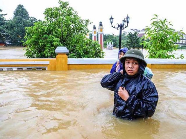 Phố cổ Hội An nước ngập đến nóc nhà, người dân và khách du lịch bắt đầu sơ tán