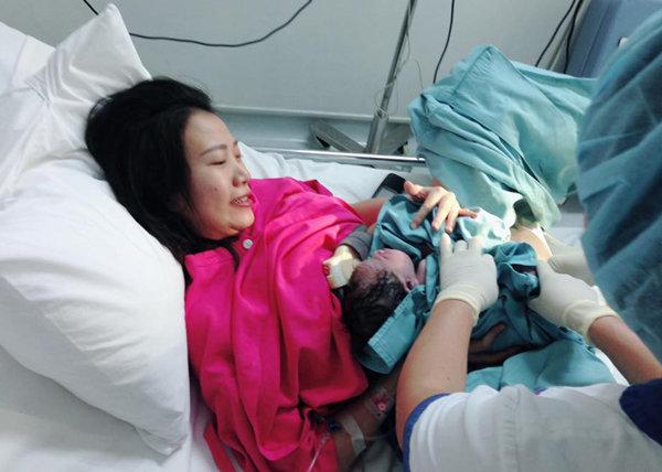 Chăm chỉ ăn vừng đen và dứa cuối thai kỳ, mẹ đẻ thường nhanh siêu tốc chỉ 26 phút - 7