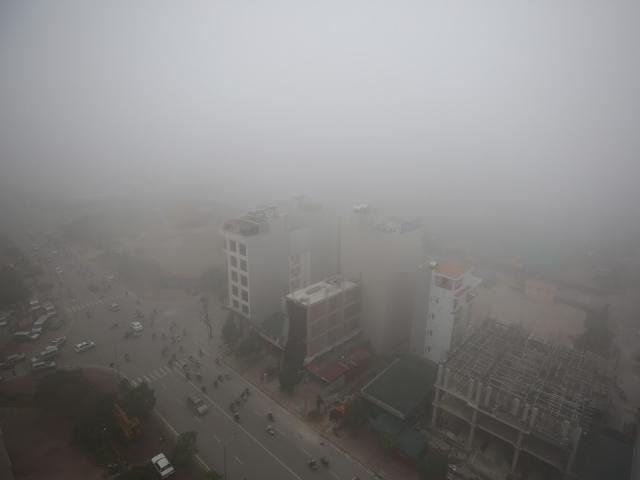 Hà Nội: Sương mù dày đặc, người dân phải bật đèn di chuyển dù đã gần trưa
