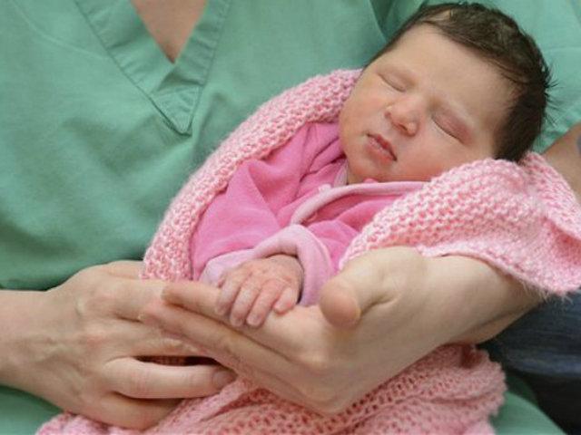 Cách dỗ trẻ sơ sinh nín khóc, ngủ ngon trong giây lát bằng tiếng nước chảy, vuốt dọc sống mũi