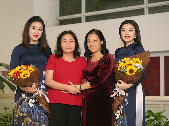 Mẹ không bỏ lỡ buổi diễn nào của 2 chị em Sao Mai Thu Hằng - Bích Hồng