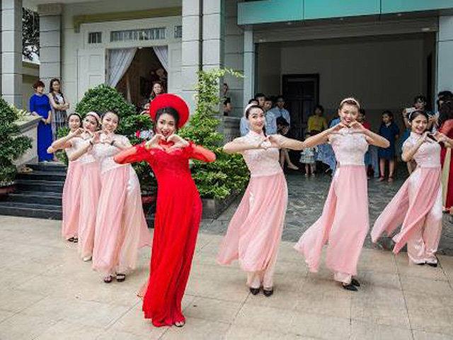 Cô dâu cùng dàn bê tráp nổi rần rần sau một đêm nhờ clip nhảy Cô Ba Sài Gòn