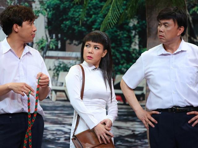 Trấn Thành, Chí Tài, Việt Hương áo trắng tới trường, chơi nhảy dây trên sân khấu
