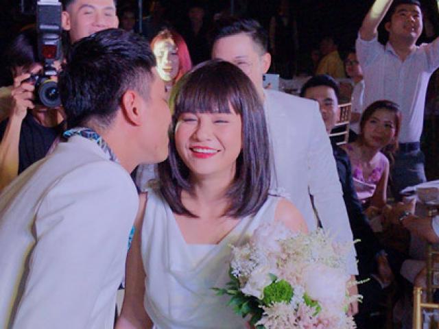 Vợ chồng Khởi My ép đôi Kiều Minh Tuấn - Cát Phượng nhận hoa cưới