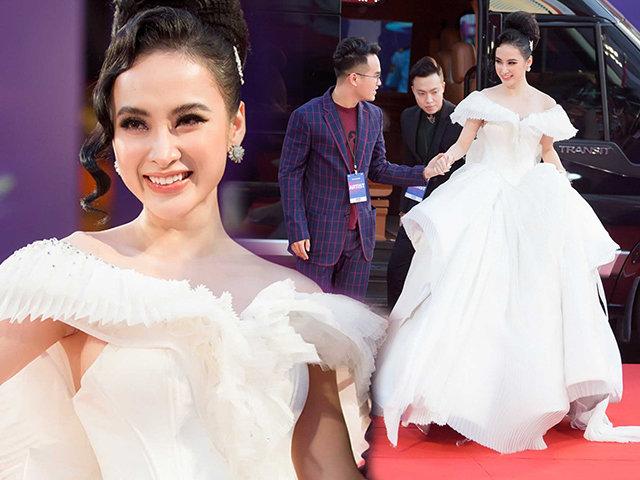 Angela Phương Trinh chơi trội diện đầm phát sáng đến trao giải tại MAMA 2017