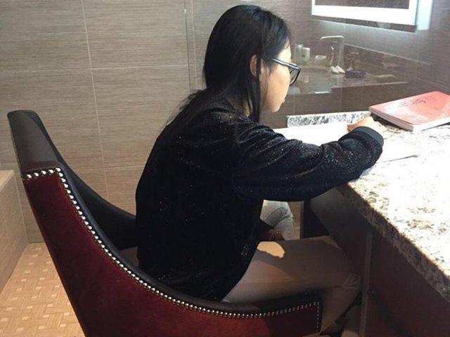 Phương Mỹ Chi tận dụng nhà vệ sinh khách sạn để học bài khi đi lưu diễn