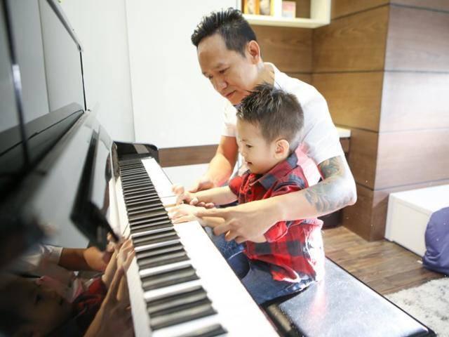 Duy Mạnh không giữ nổi bình tĩnh khi dạy con trai chơi piano