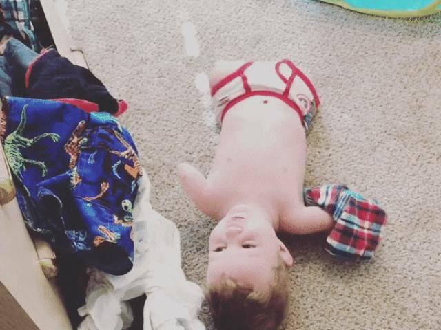 Bé trai 4 tuổi không tay chân tự ăn uống, thu gom quần áo khiến nghìn người nể phục