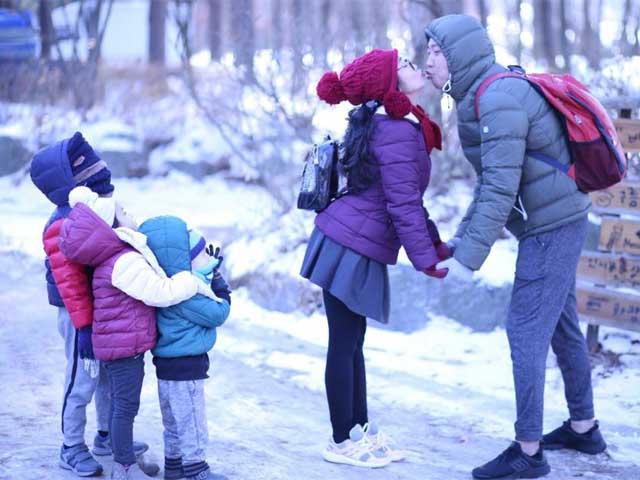 Ốc Thanh Vân và ông xã Trí Rùa hôn nhau trước mặt 3 con giữa trời giá rét Hàn Quốc