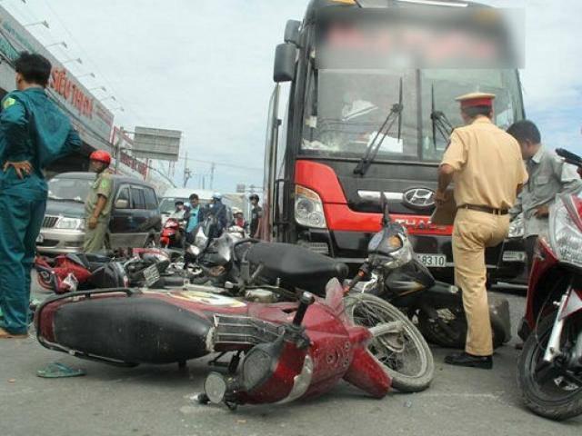TP.HCM: Xe khách điên đâm hàng loạt xe máy đang chờ đèn đỏ, nhiều người bị thương