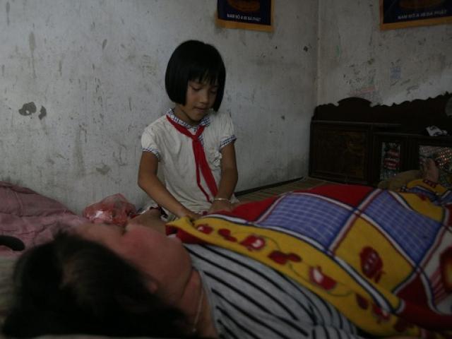 Mẹ trẻ bị ung thư giai đoạn cuối bất lực nhìn 2 con mắc bệnh mà không thể chăm sóc