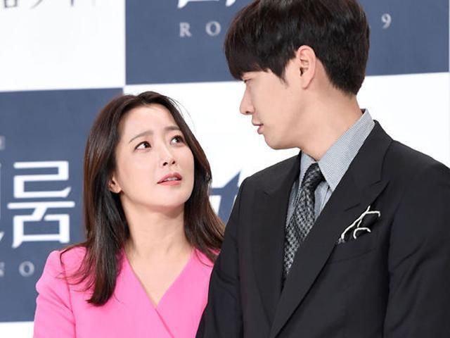 Ngôi sao 24/7: Đệ nhất mỹ nhân Hàn chụp hình cùng người tình đáng tuổi cháu vẫn đẹp đôi