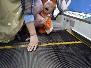 Bé trai 2 tuổi bị kẹt dương vật ở thang cuốn, ai nhìn hình ảnh cũng xót
