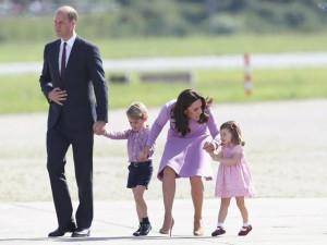 Công nương Kate quá khéo xử trí khi con ăn vạ nơi công cộng, bé nghe ngay tức khắc