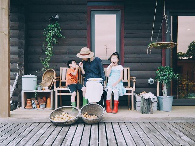 Bỏ phố về quê, gia đình 4 người hạnh phúc trong căn nhà gỗ đẹp như mơ ngay sát biển