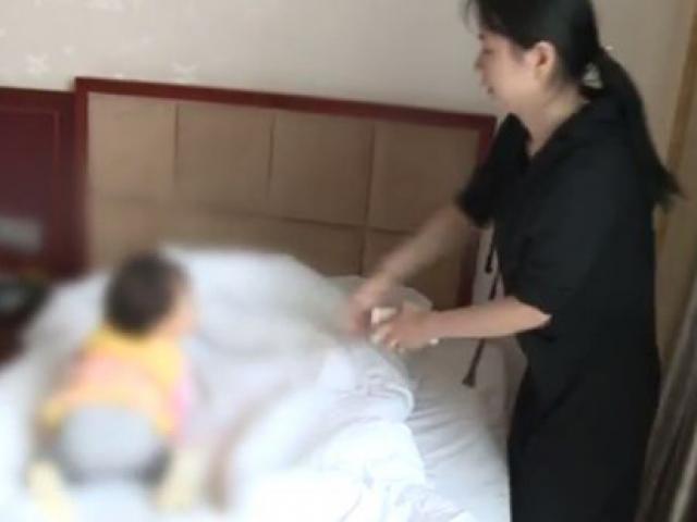 Thuê phòng khách sạn nghỉ qua đêm, mẹ hoảng hốt khi con 1 tuổi nôn ra thứ kinh hoàng