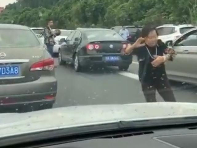 Tắc đường, người phụ nữ múa Thái cực quyền chờ thông xe