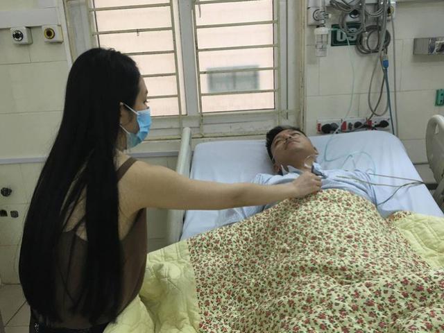 Tuấn Hưng nhập viện, phải thở oxy sau khi liveshow bị hủy đột ngột