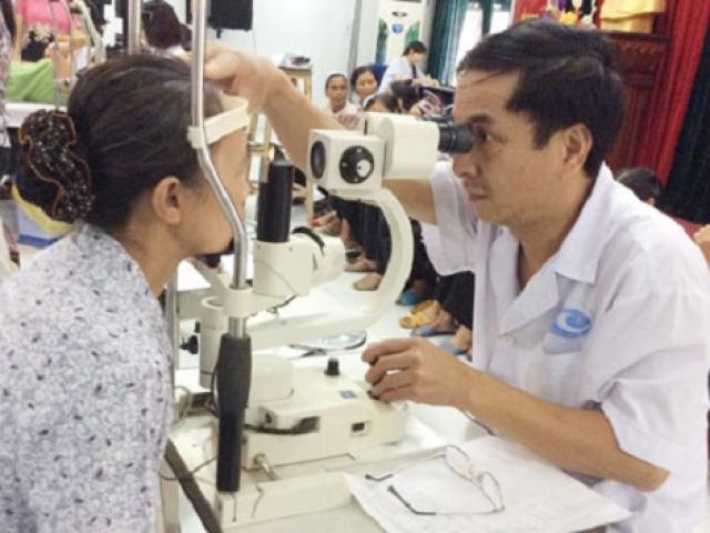 Người phụ nữ suýt mù vì đắp lá chữa đau mắt, BS cảnh báo những phương pháp cực nguy hiểm