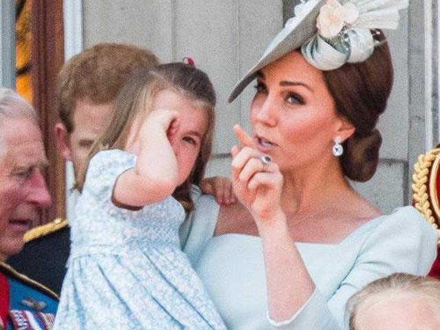 Cái vỗ nhẹ vào lưng và xử trí con ăn vạ của Công nương Kate được báo chí ca ngợi